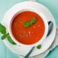 Tomatensuppe mit Frischen Basilikum und Gewürz angerichtet