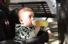dziecko z sokiem