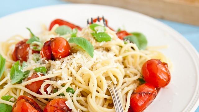 makaron z hummusem i pomidorkami