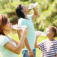 rodzina-pije-wodę