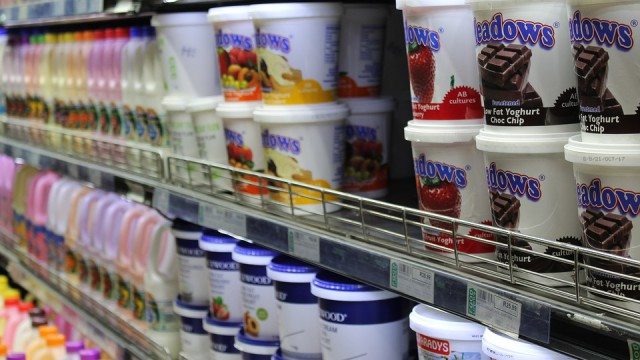 jogurty w sklepie