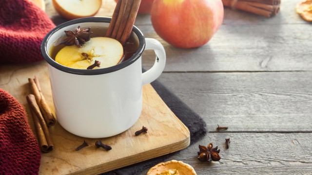 herbata z jabłkiem i cynamonem