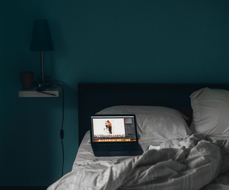laptop-na-łóżku