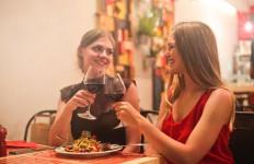 kobieta pije wino 2